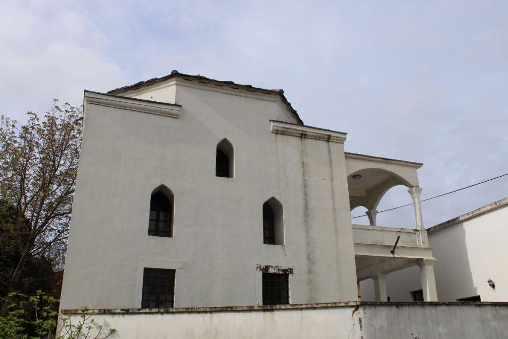 Мечеть и пристроенное к ней крыльцо. Фото: Елена Арсениевич, CC BY-SA 3.0