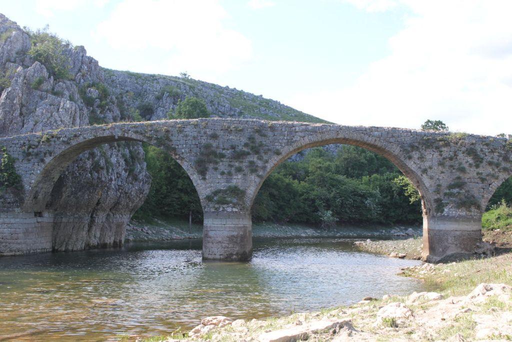 Две арки 9 метров в диаметре. Фото: Елена Арсениевич, CC BY-SA 3.0