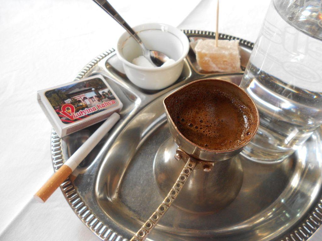 По мнению боснийцев кофе без сигареты - деньги на ветер. Фото: Елена Арсениевич, CC BY-SA 3.0
