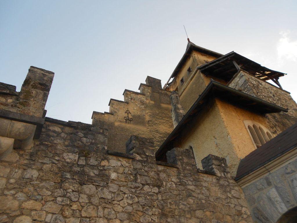 Замок кажется древнее, чем есть на самом деле. Фото: Елена Арсениевич, CC BY-SA 3.0