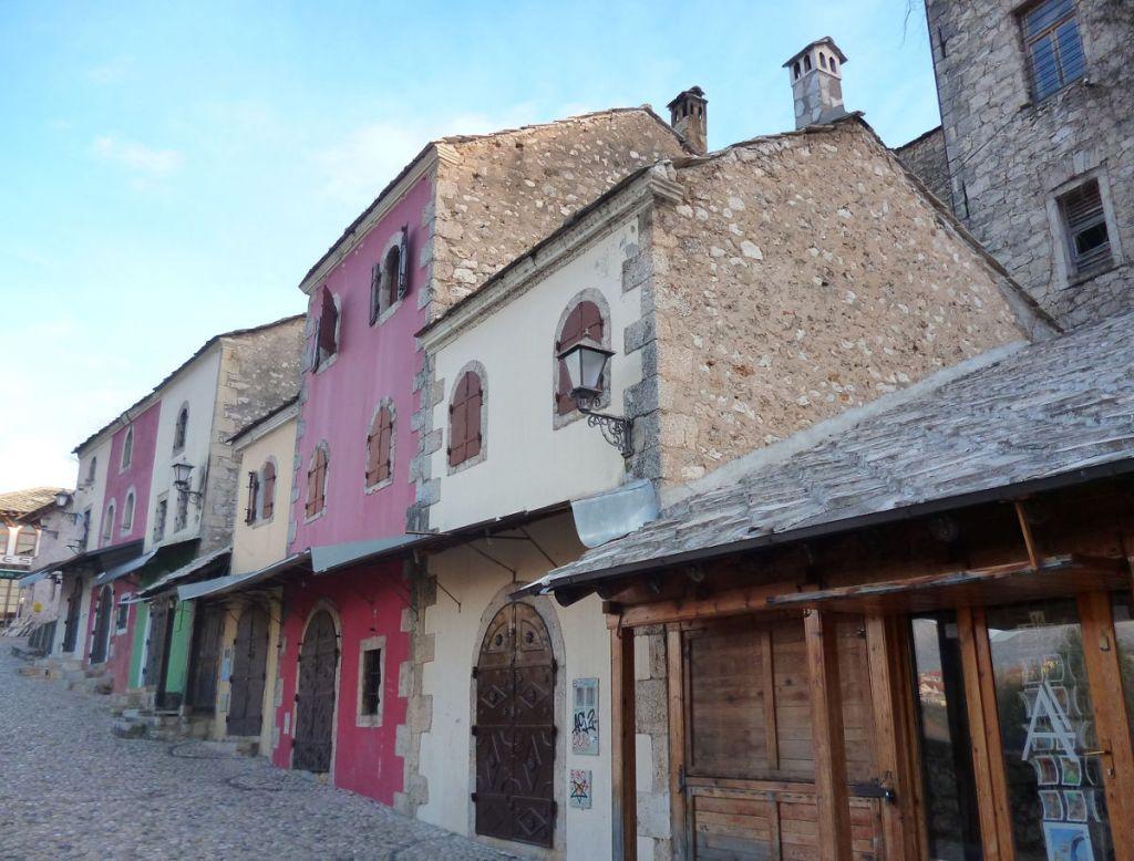 Рядом старинные чепенки и чуть менее старинные железные двери. Фото: Елена Арсениевич, CC BY-SA 3.0
