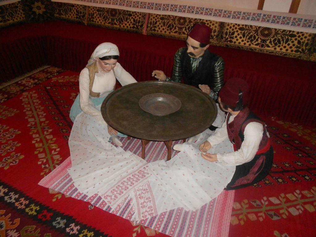 Семья за столом. Этнографическая коллекция Земальского музея в Сараево. Фото: Елена Арсениевич, CC BY-SA 3.0