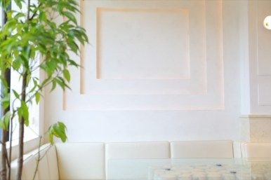 白い壁、お洒落なテーブル