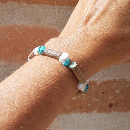 Bracelet en noisetier et coquillage et pierres turquoise