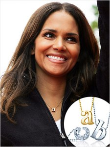 collier-initiales-halle-berry
