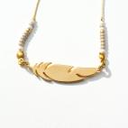 bracelet doré plume longue rocaille et pompon (Copier)