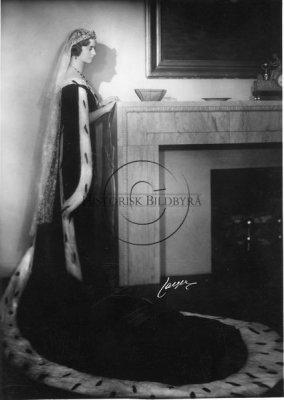 Prinsessan Sibylla i lång svart klänning med släp, hermelinmantel och tiara med lång slöja. Porträtt från atelier Jaeger,14/1 1932. Foto: Historisk Bildbyrås samling