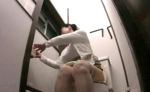 小便する熟女母を視姦!エロい表情で匂い立つおしっこを放尿