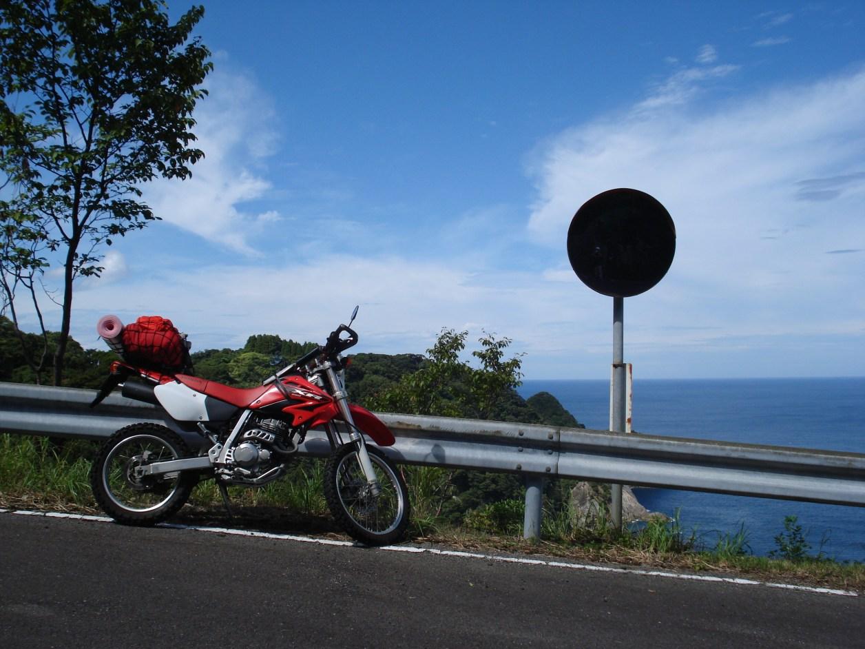 XR250 ツーリング ホンダ かっこいい バイク オートバイ 赤色 空 海 坂道 風景