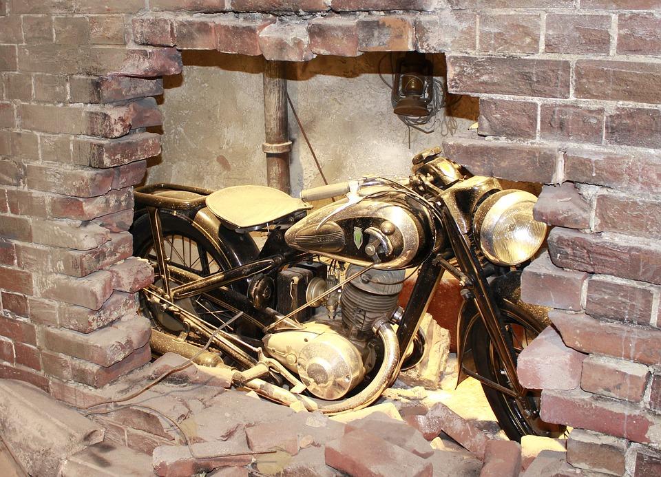 古い オートバイ 旧車 バイク レンガ