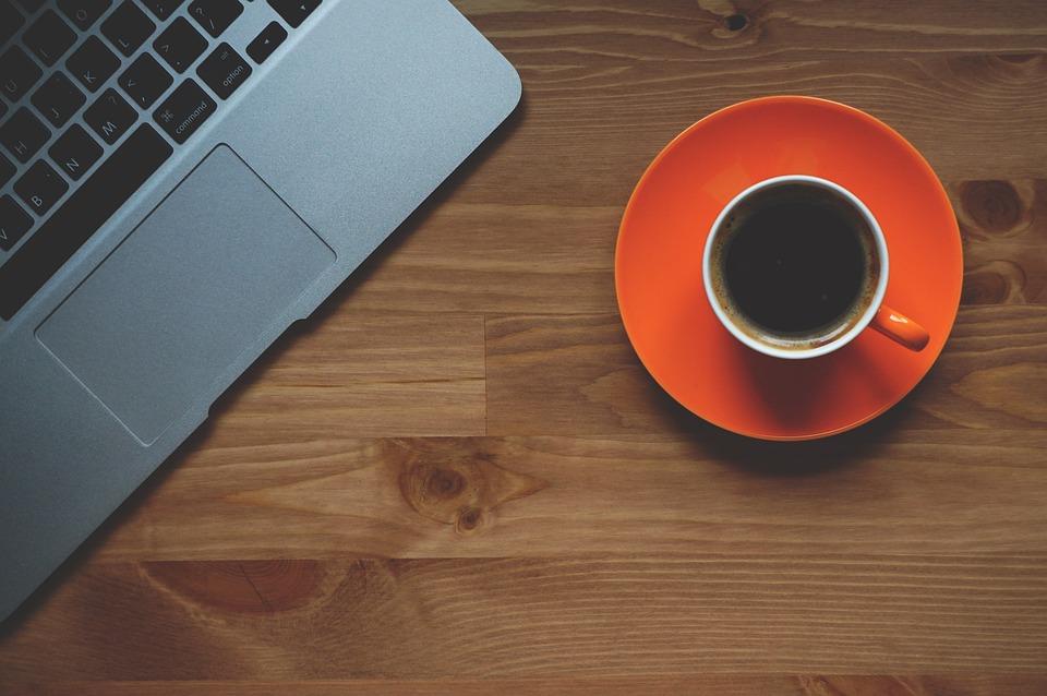 コーヒー 1 杯 ラップトップ オフィス Macbook 概念の ワークスペース 仕事