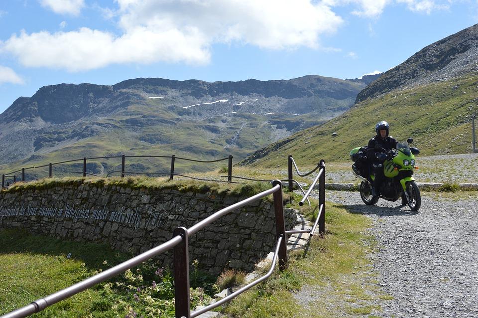 アルプス山脈 バイクに乗る人 スイス 旅行 屋外 冒険バイク オートバイ 勝利の虎955i