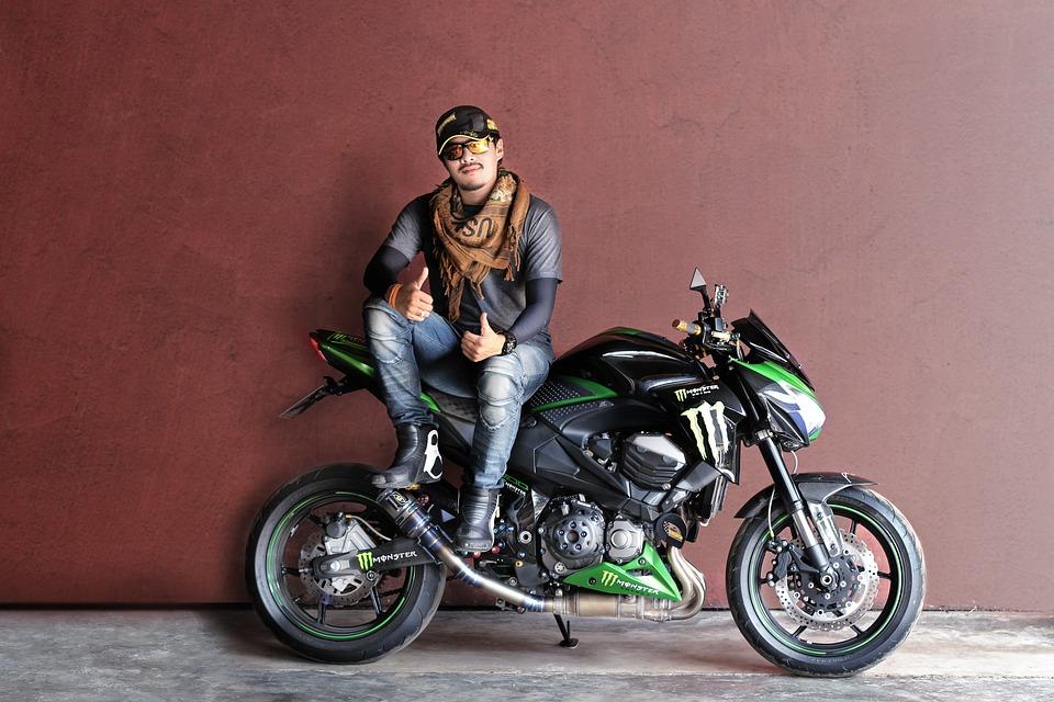 バイク 男性 帽子