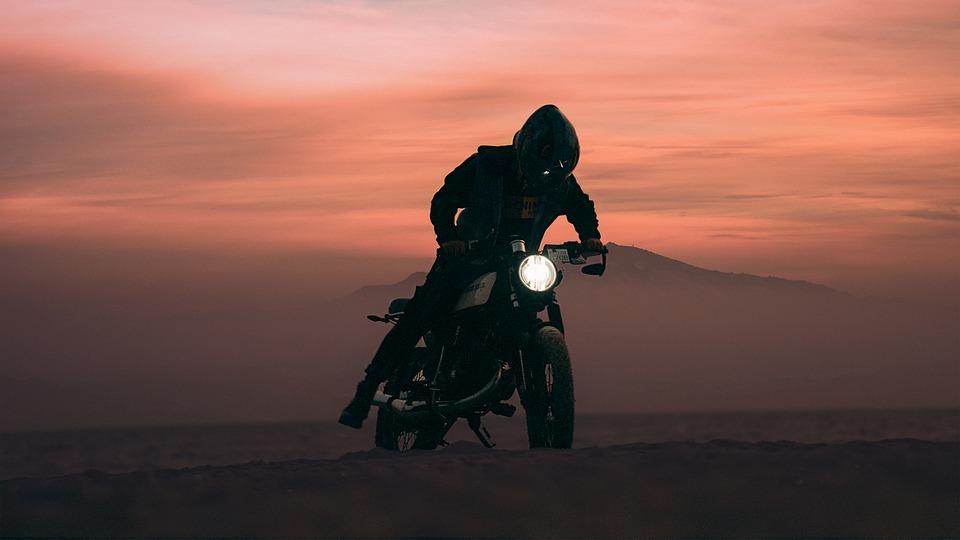 オートバイ バイカー 日没 夕暮れ 日の出 バイク