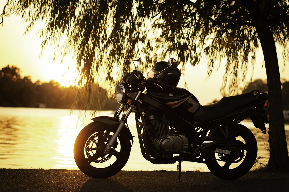 オートバイ 鈴木Gs500 湖 サンセット 風景 夕方に 写真