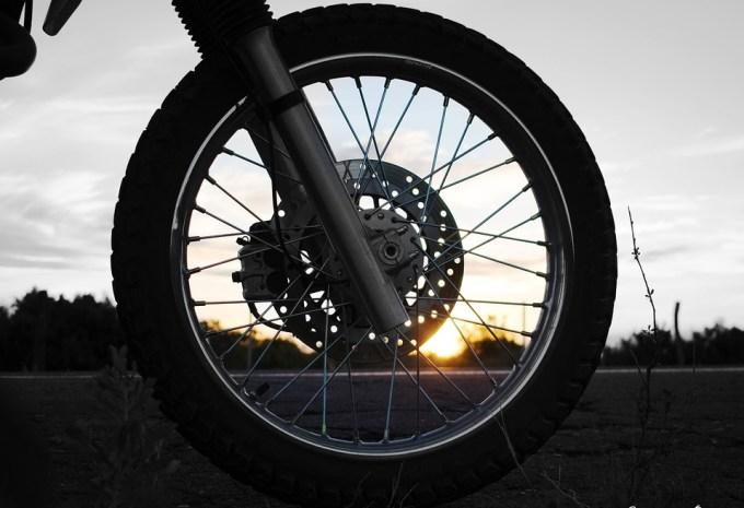 車輪 トランスポート オートバイ 車両 タイヤ ブレーキ 鋼 日没 自動車