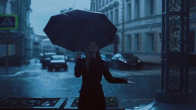 女の子 傘 雨 公園 秋 青 雨の日 青い雨 青公園 青い傘