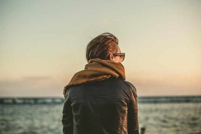 女性 戻る レザージャケット スカーフ サングラス ファッション 見て 女の子 1人 考え