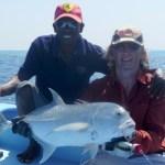 Mohammed unser Bootsführer und ein kleiner Giant Trevally