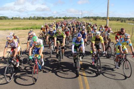 Ciclistas em prova de estrada - etapa do Piauiense de Ciclismo