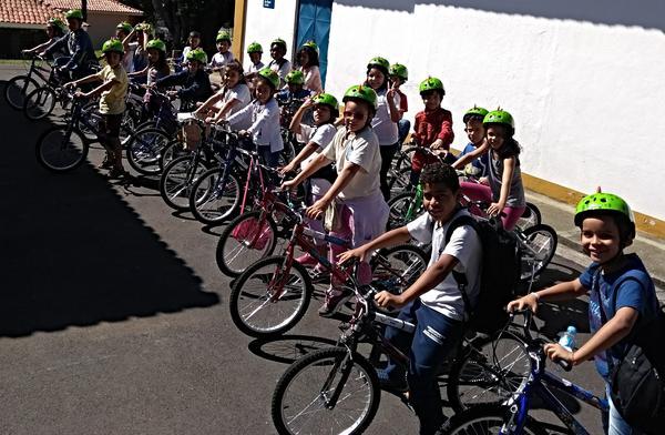 Crianças do projeto Rede de Núcleos do IEE visitam sede do Mercado Livre e ganham bikes (1).jpg