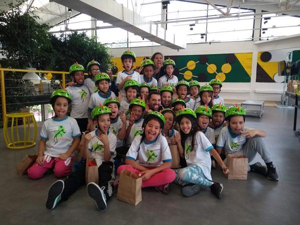 Crianças do projeto Rede de Núcleos do IEE visitam sede do Mercado Livre e ganham bikes (3).jpg