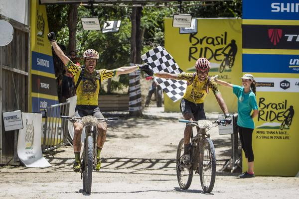 Avancini e Jiri Novak comemoram o título do ano passado (Fabio Piva  Brasil Ride).jpg