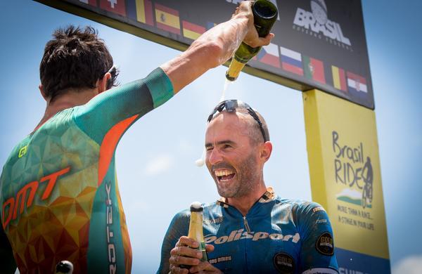 José Silva em vitória ao lado de Tiago Ferreira (Rosita Belinky  Brasil Ride).jpg