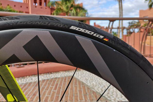 A Continental finalmente desenvolveu um pneu para estrada sem câmara o GP 5000 TL (4).jpg