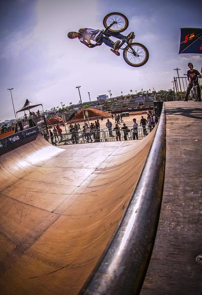 Manobra do BMX na mini ramp (Marcelo Mug CBER)