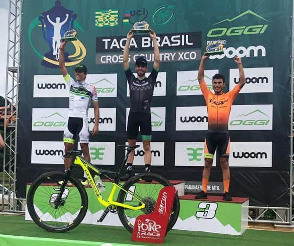 Kennedi (esq.) e Ulan (dir.) no pódio da Taça Brasil (Divulgação)