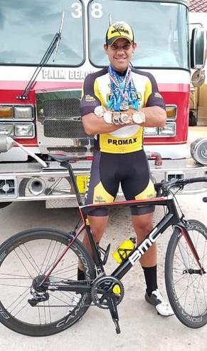 Ben-Hur exibe medalhas conquistadas na gira norte-americana (Divulgação)