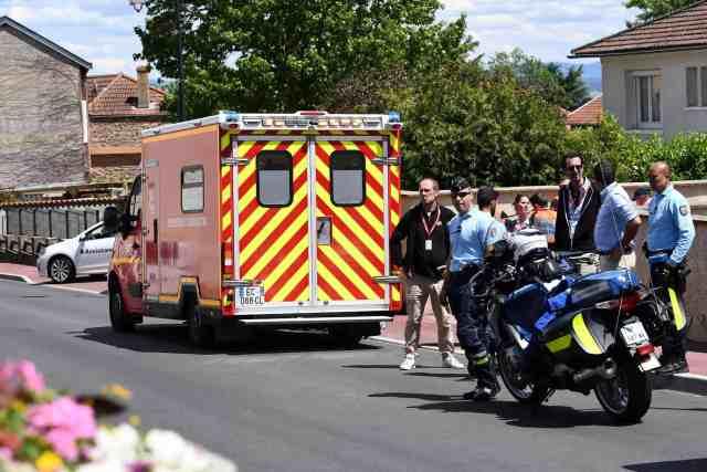 Chris Froome sofre acidente e está Fora do Tour de France 2019 ambulancia