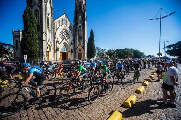 Largada em frente à Catedral de Botucatu (Wladimir Togumi  Brasil Ride).jpg