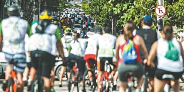 passeio-ciclístico-na-rua-lotada