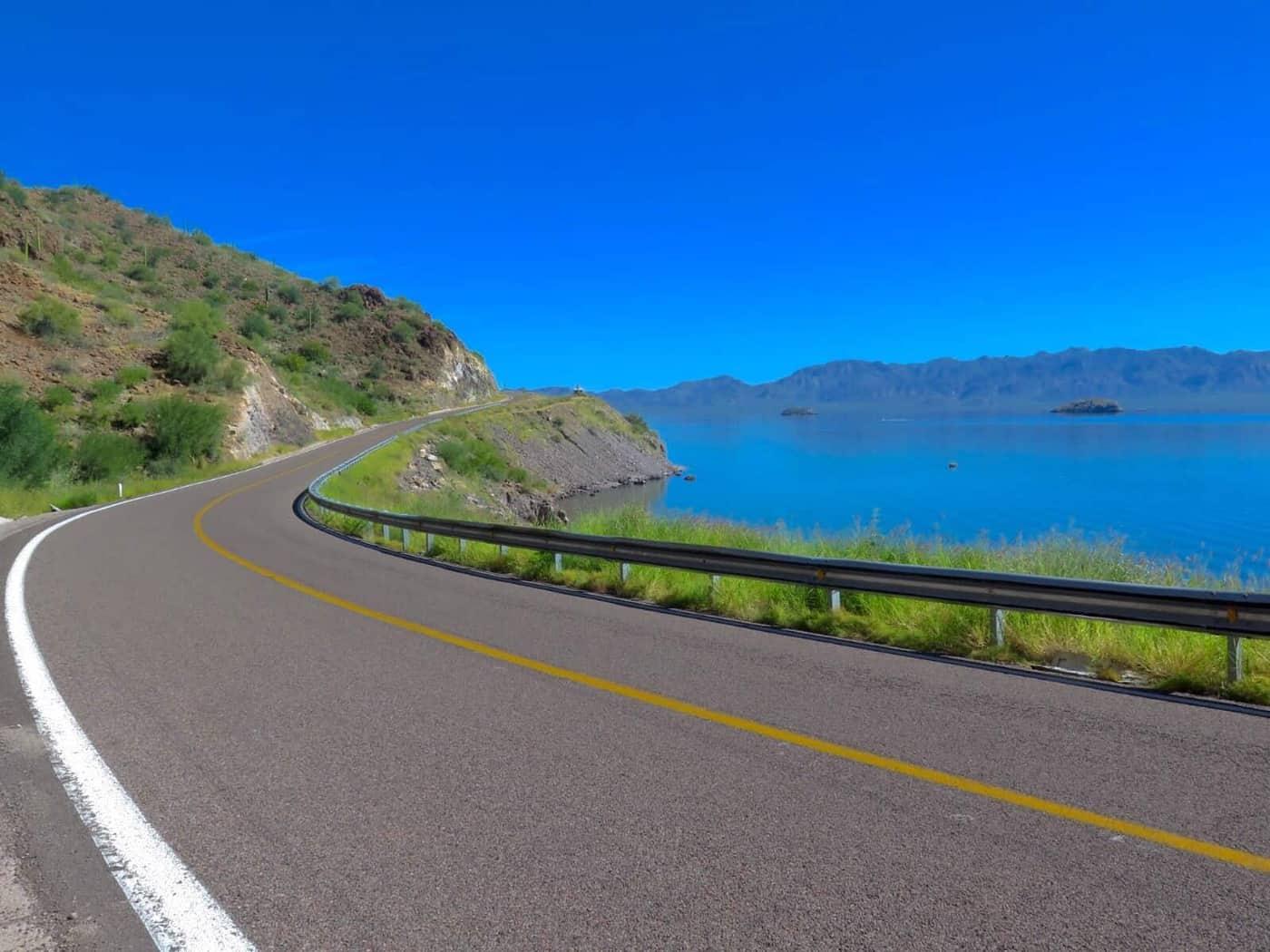 Vista de la carretera por Bahía de Concepción en Baja California Sur