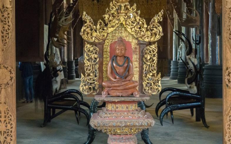 Buddha uvnitř hlavní síně Černého Chrámu