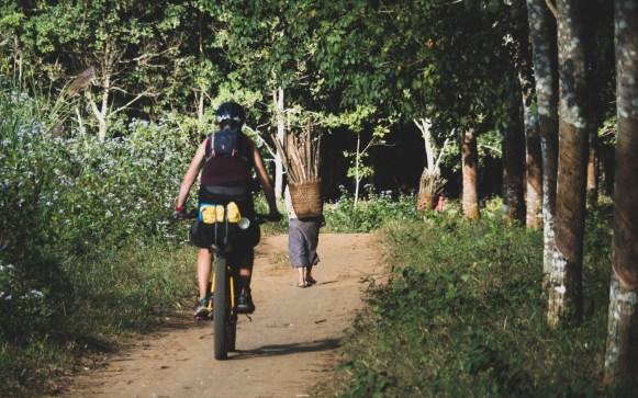 Vesničanky u Kuang Si po sběru dříví.. a Daška