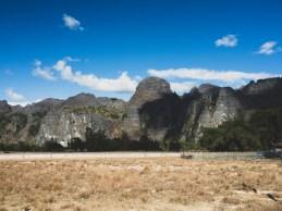 Údolí vedoucí k jeskyni Kong Lor je po obou stranách lemována nekonečnou stěnou vápencových skal