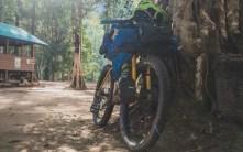 Naše úžasné kola se super brašnami, které mají vnitřní nepromokavé pytle, takže během převozu vše zůstalo v suchu.