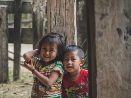 Zvědavé děti z vesnice Phon Kham