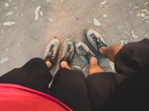 Dva páry unavených nohou