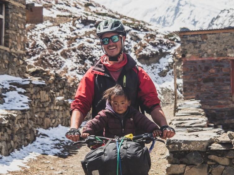 Gary a holčička. Yak Kharka, Nepál