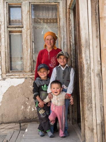 Kyrgyzská rodina. Sedlo Ak-Baital, Tádžikistán