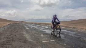 Po prvním dešti. Jezero Karakul, Tádžikistán