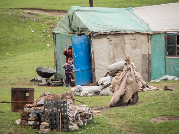 Život v yurtě. Okolí Sary-Tashe, Kyrgyzstán
