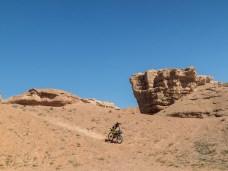 Těžké věci letí dolů. Šaryn kaňon, Kazachstán