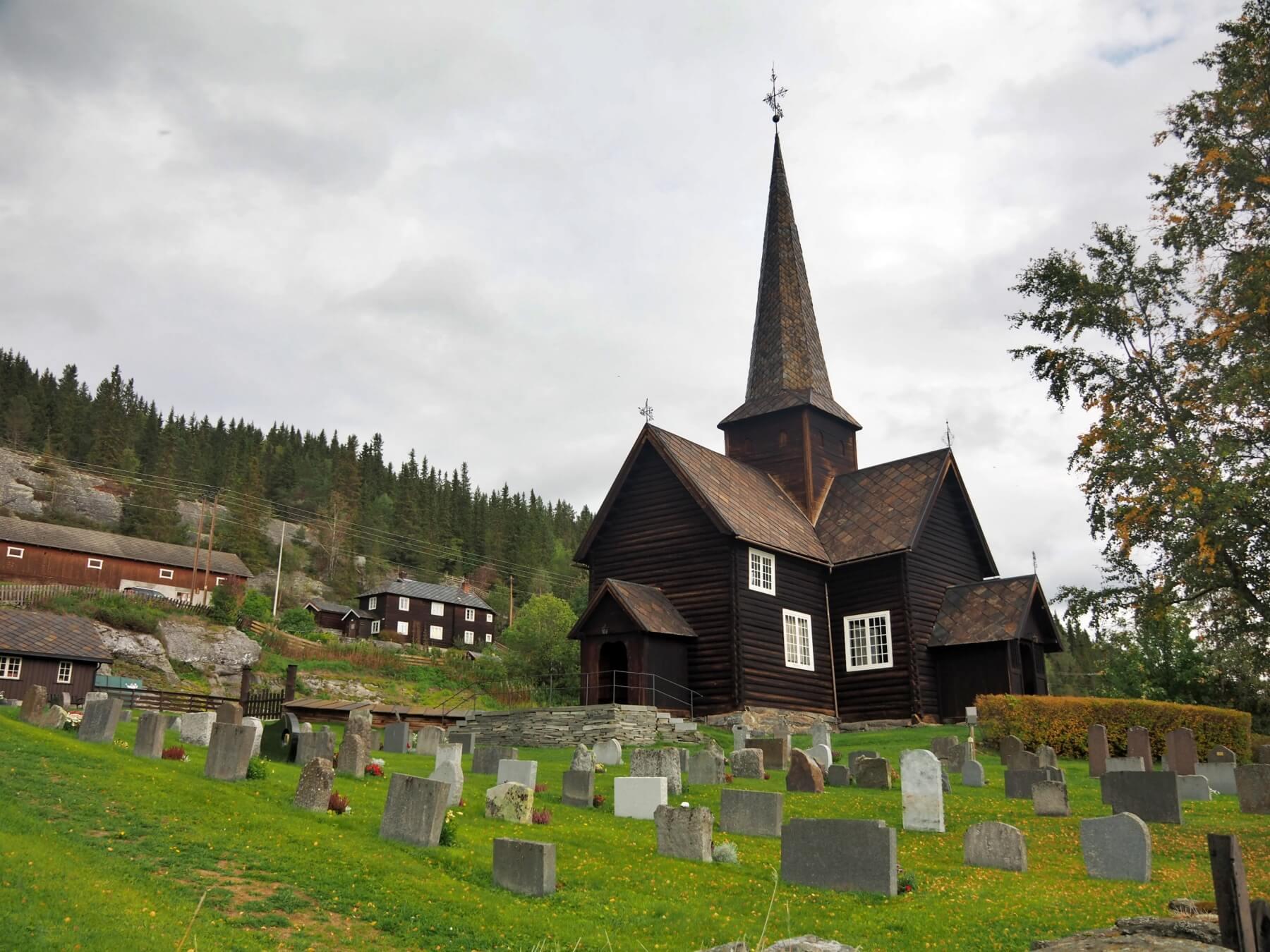 Dřevěný kostel v Kvikne poblíž města Vinstra.