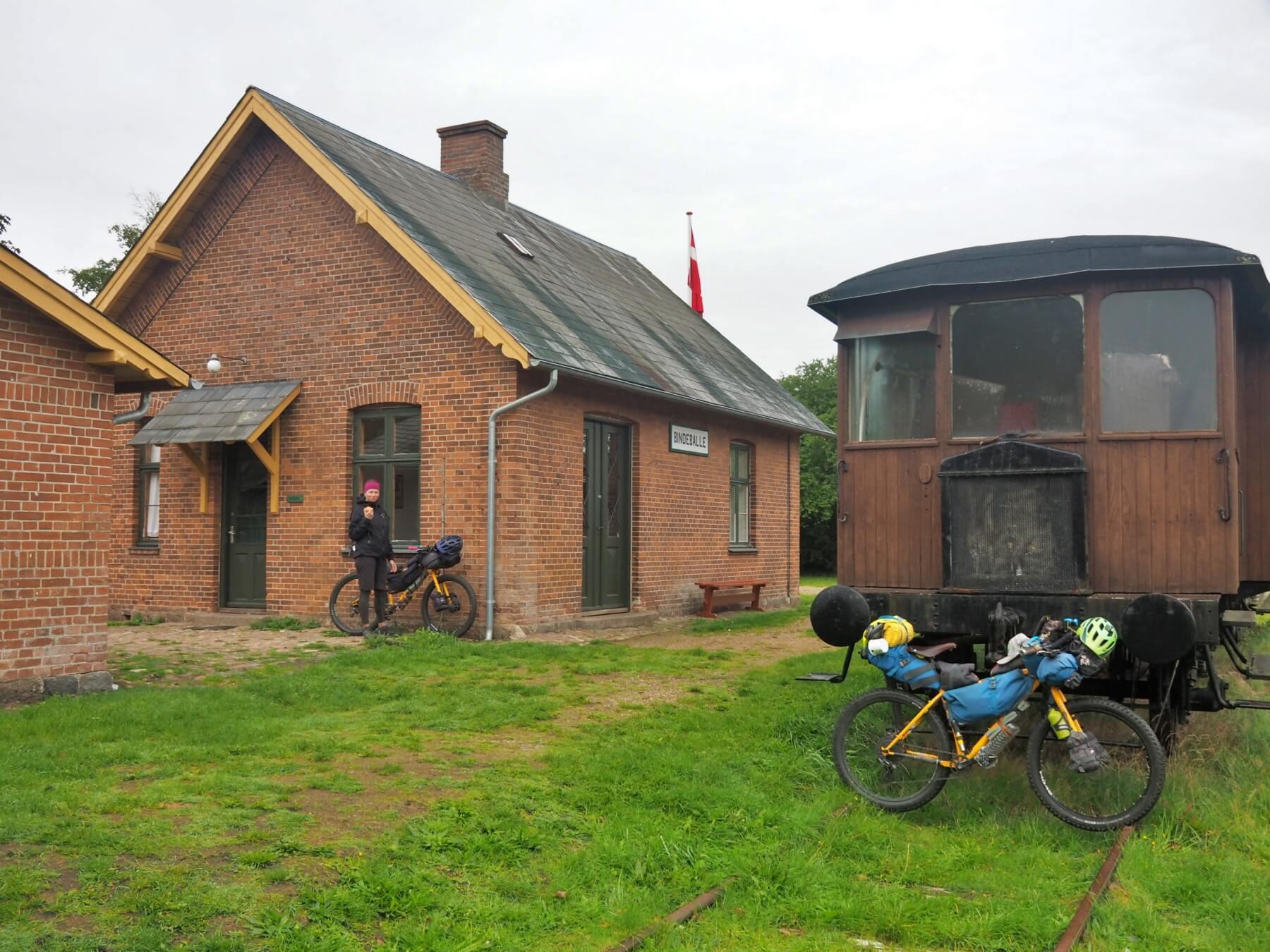V Dánsku jde kempovat i na bývalé železniční stanici.