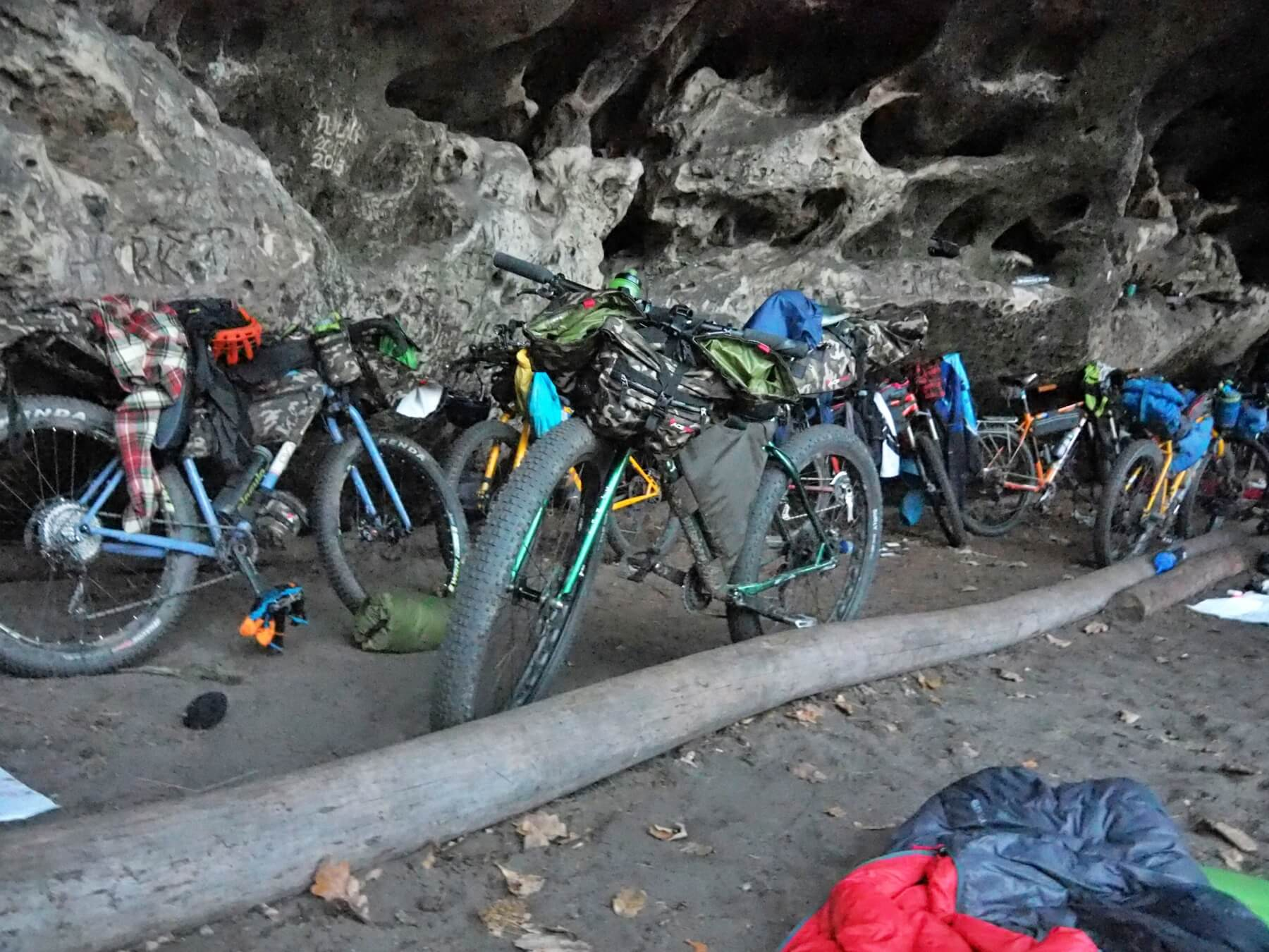 Přehlídka bikepackingových strojů na bikepacking meetingu.